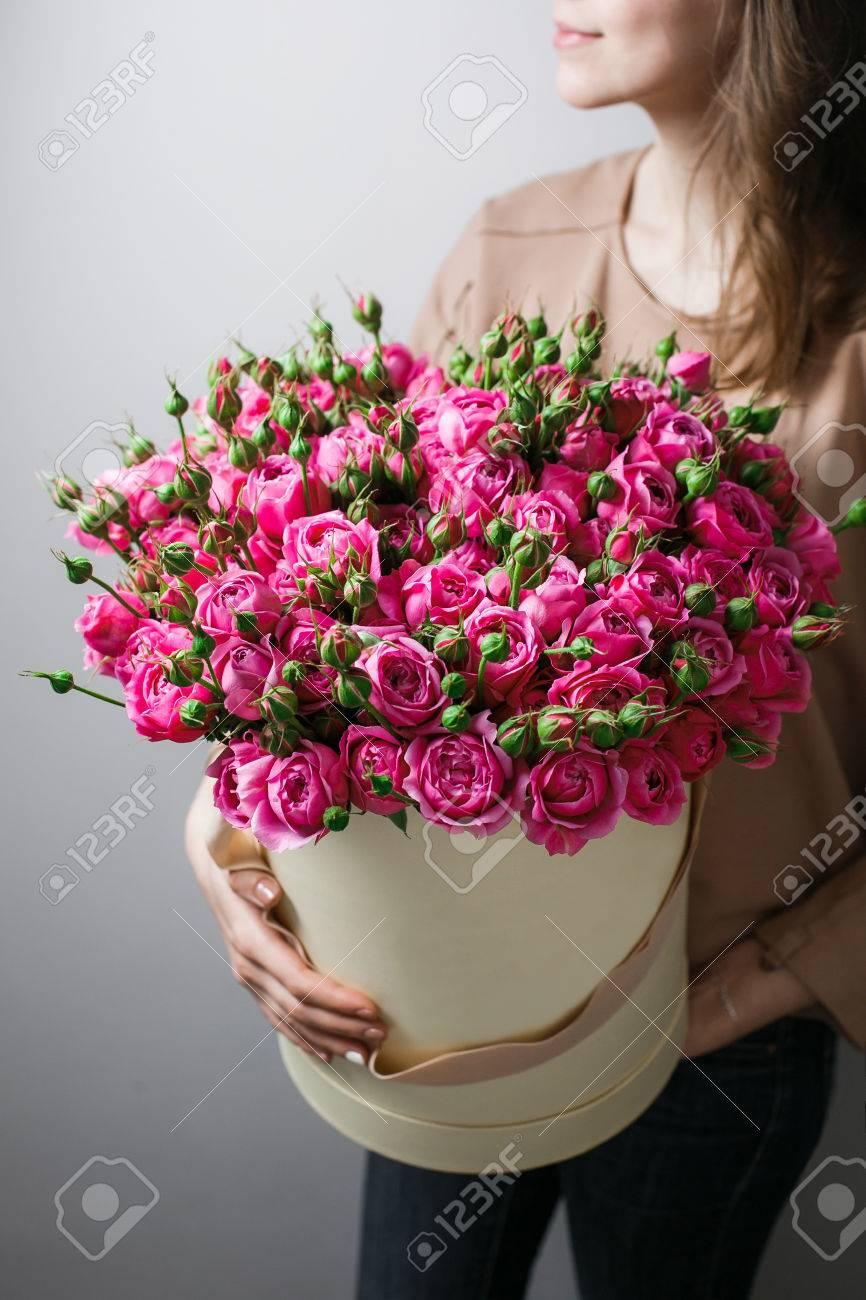 Ramos De Flores De Lujo En El Cuadro De Sombrero Rosas En Las Manos - Fotos-ramos-de-flores