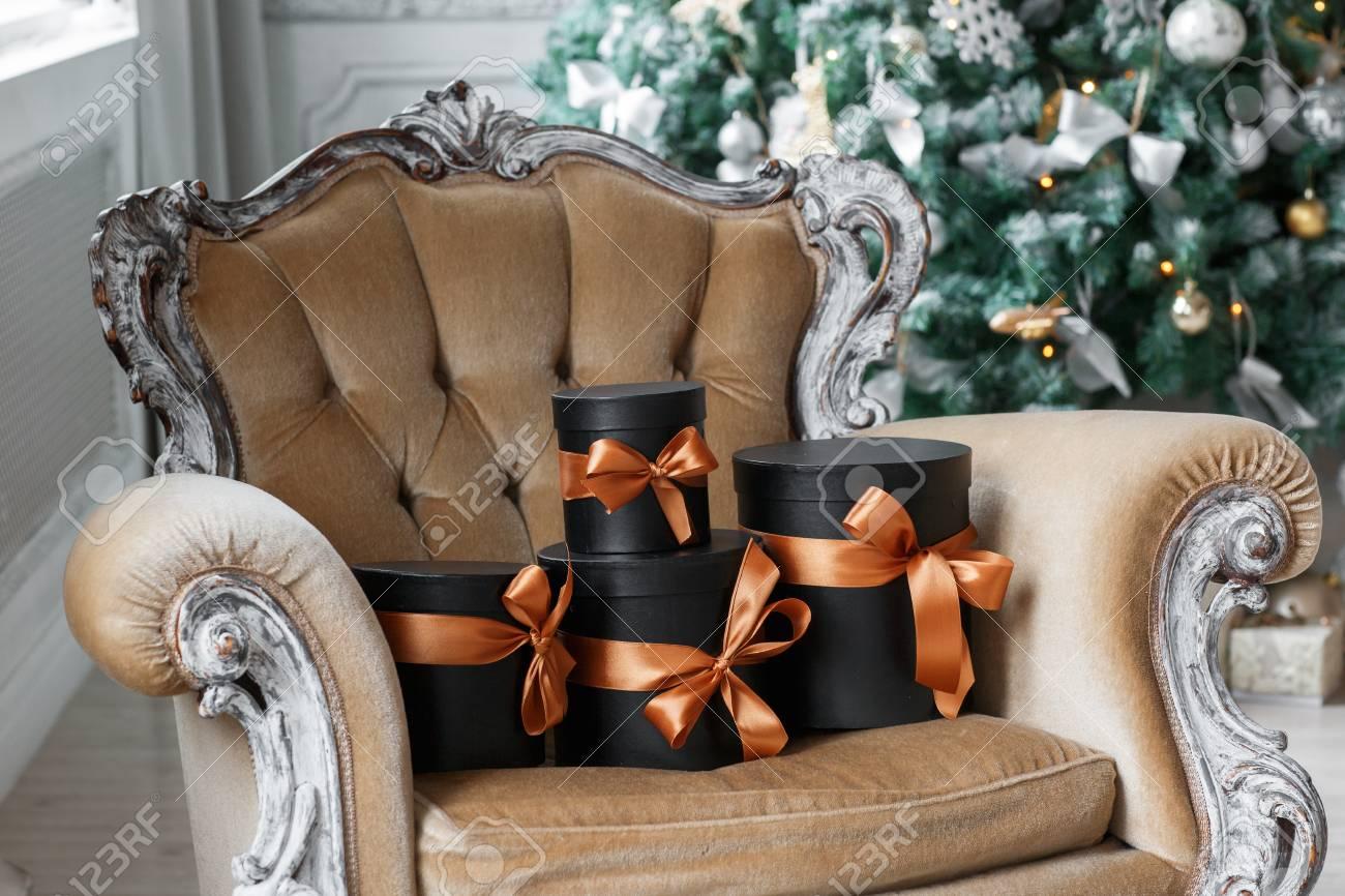Eingewickelte Geschenkboxen Mit Bändern Als Weihnachtsgeschenke Auf ...