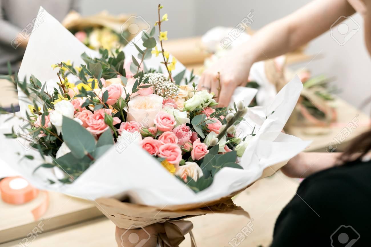Floristería De Taller Haciendo Ramos Y Arreglos Florales Mujer Que Recoge Un Ramo De Flores Enfoque Suave