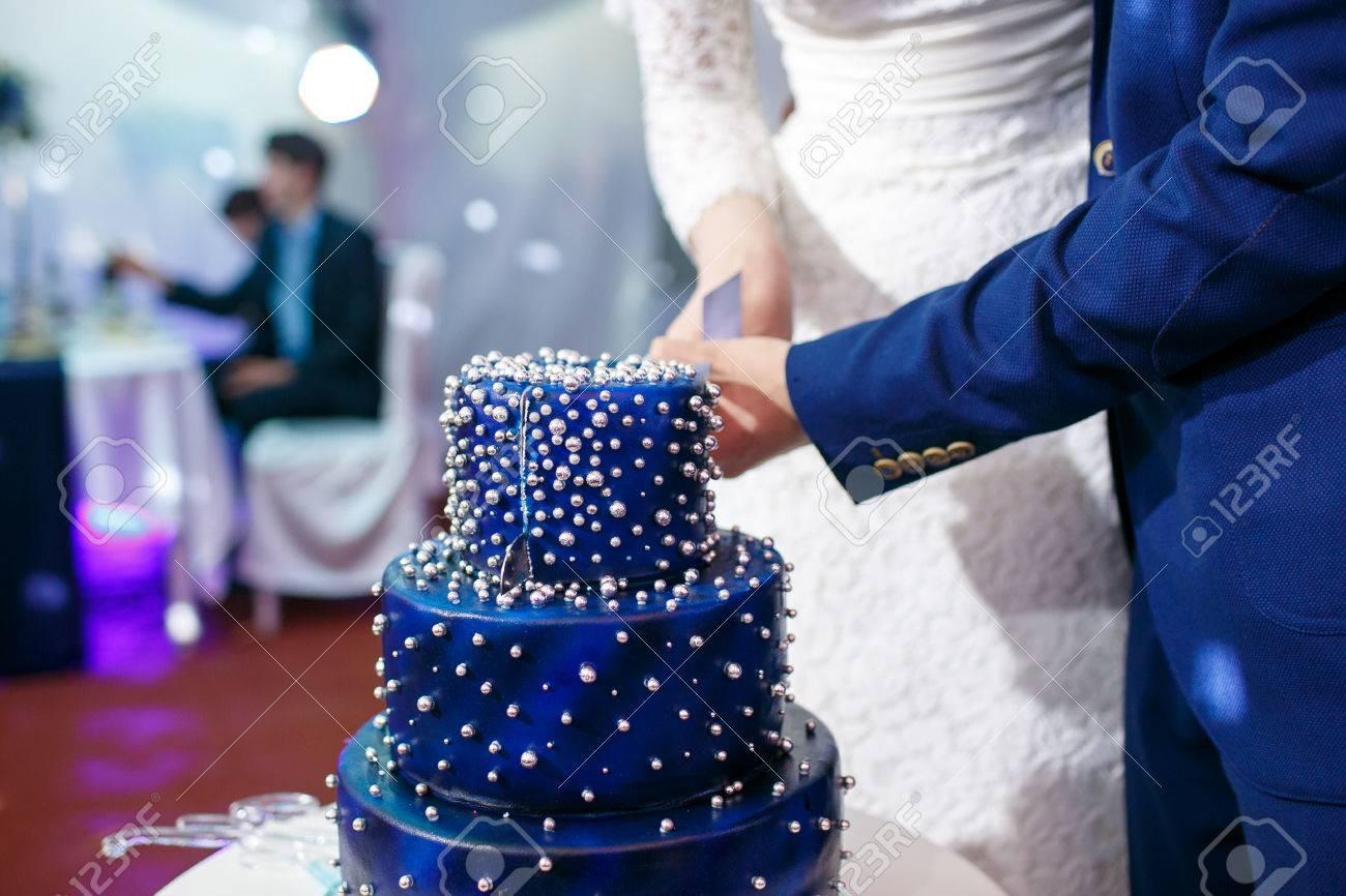 Mariée Et Le Marié Coupent Le Gâteau De Mariage Bleu