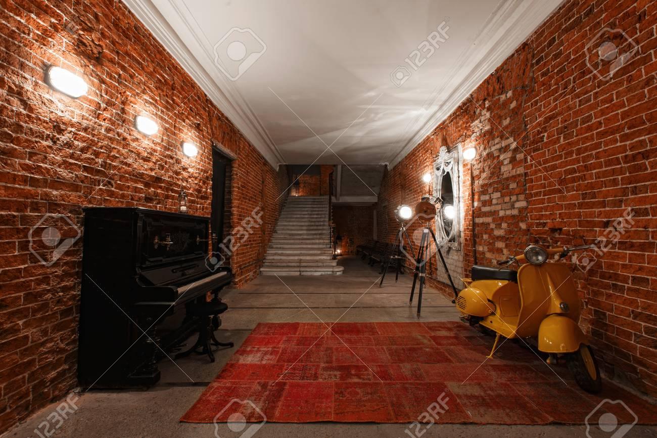 Da Luce Alla Soffitta moderna scala di lavoro scala industriale moderna con pareti di muro di  mattoni alla soffitta loft