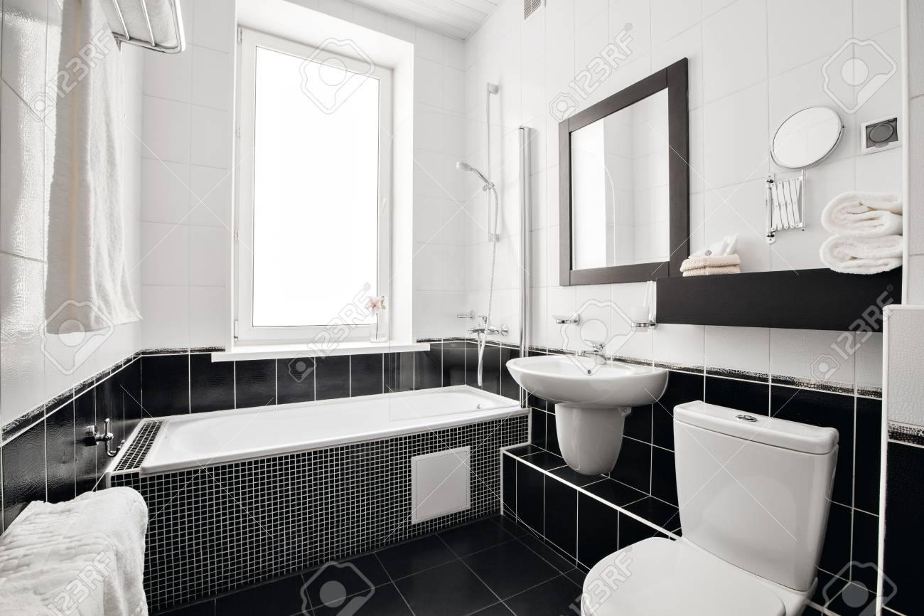Salle de bain de luxe moderne avec baignoire et fenêtre. Design d\'intérieur