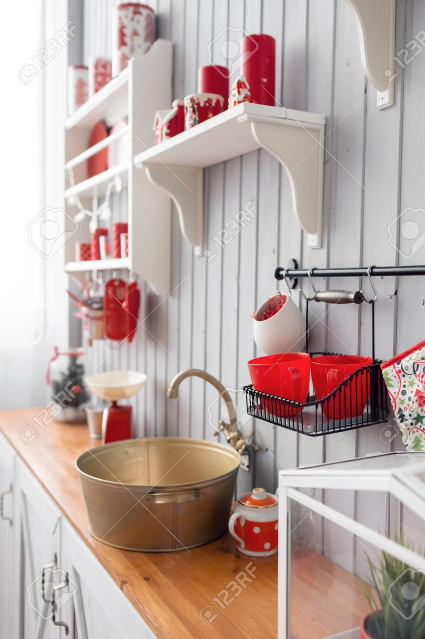 Cuisine Gris Clair tagères avec de la vaisselle. cuisine gris clair intérieur et décor de noël  rouge. préparer le déjeuner à la maison sur le concept de cuisine.