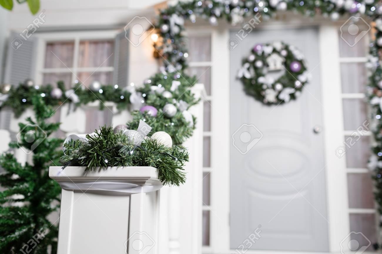 Déco D Entrée Maison entrée de maison décorée pour les vacances. décoration de noël. guirlande  de branches de sapin et lumières sur la balustrade