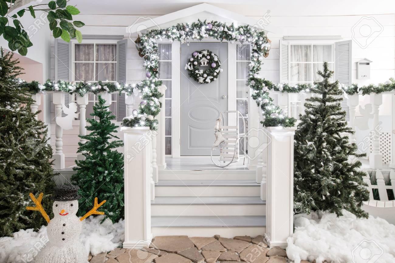 Déco D Entrée Maison entrée de la maison décorée pour les arbres. décoration de noël dans la  guirlande des branches de noël et des lumières sur la balustrade