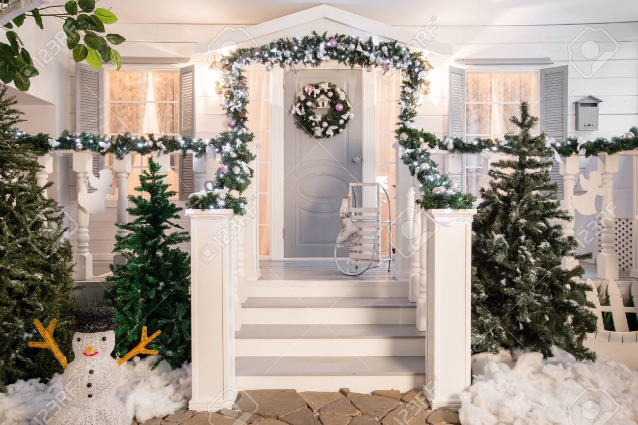 Décoration Entrée De Maison entrée de la maison décorée pour les arbres. décoration de noël dans la  guirlande des branches de noël et des lumières sur la balustrade