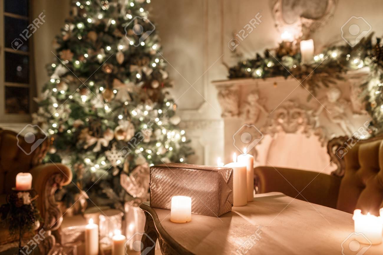 Die Geschenke Auf Dem Tisch. Weihnachtsabend Bei Kerzenlicht ...