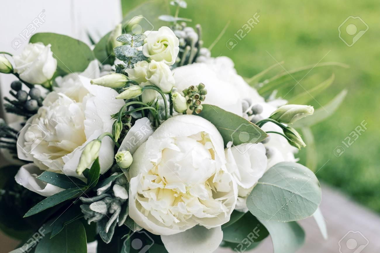 Braut Mit Brautstrauss Morgen Am Hochzeitstag Am Sommer Schone