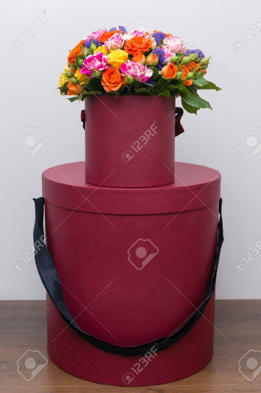 Fleurs Melangees Bouquet De Roses Dans Une Boite Sur Une Table En