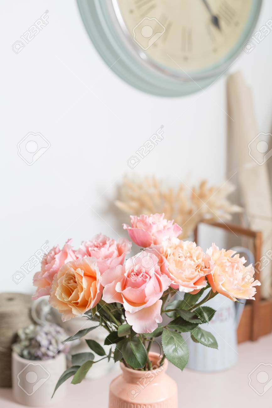 Mazzo Di Fiori Shabby.Bouquet Flowers Of Pink Roses In Glass Vase Shabby Chic Home