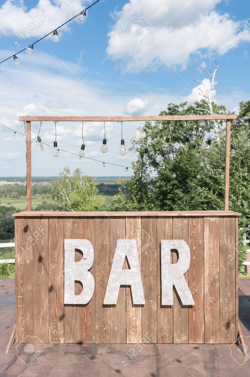 Concept De Bar Simple Café D 39 été Sur Terrasse Avec Des Meubles En Bois Vintage Sur Fond Gris Service De Café Alcoolique