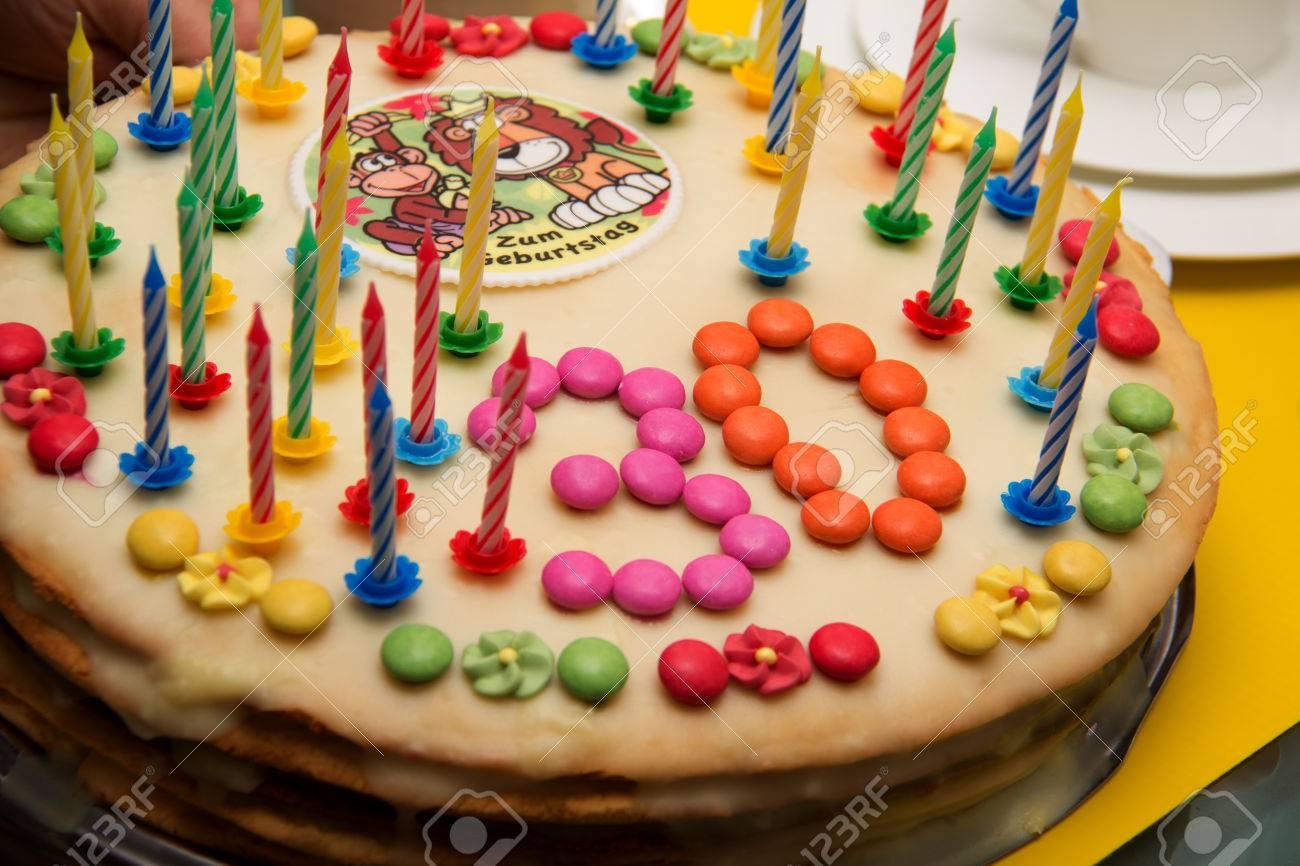 foto de archivo trigsimo cumpleaos de la magdalena hirtieth tarta de cumpleaos decorado con velas