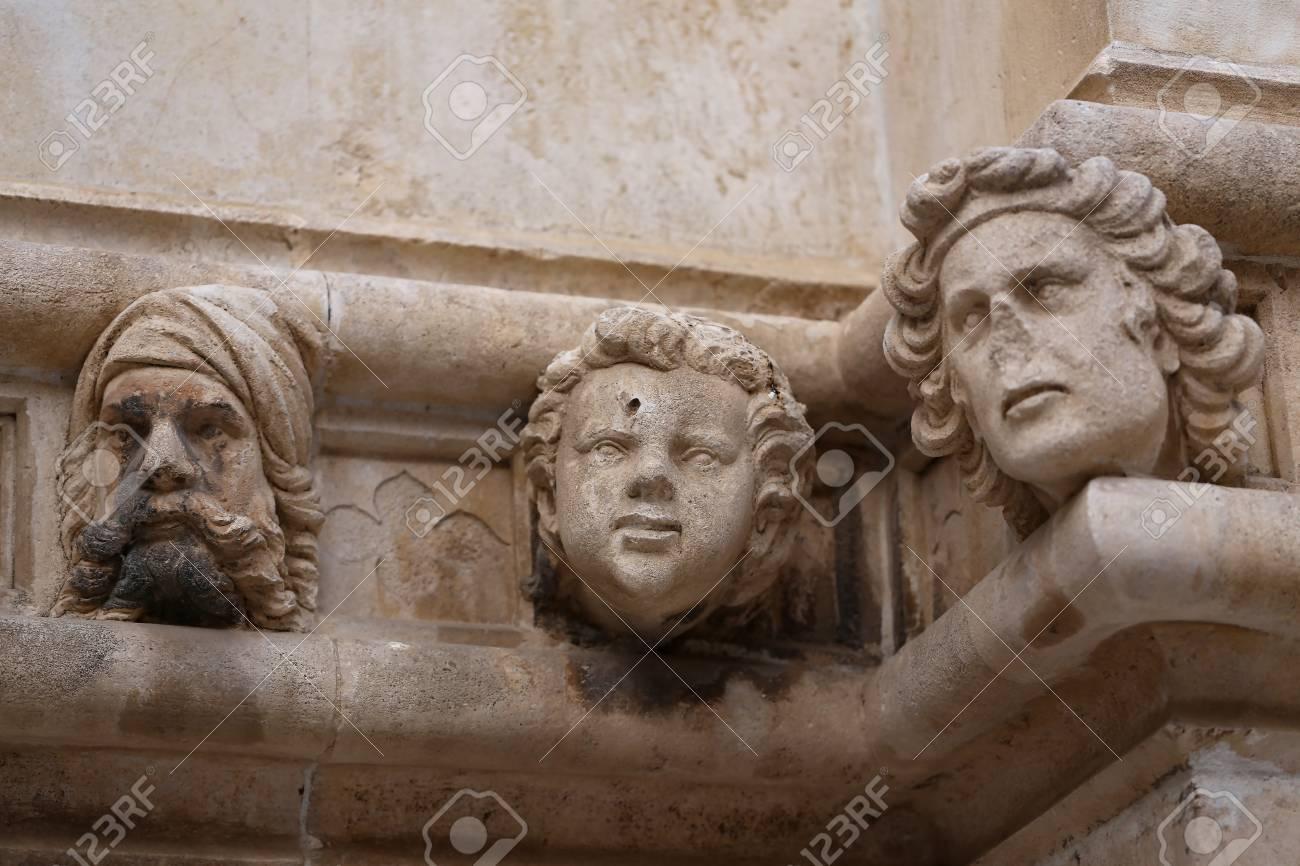 Sibenik Kathedrale, Berühmte Gesichter auf der Seite Protal der Kathedrale von Sibenik Standard-Bild - 86757821