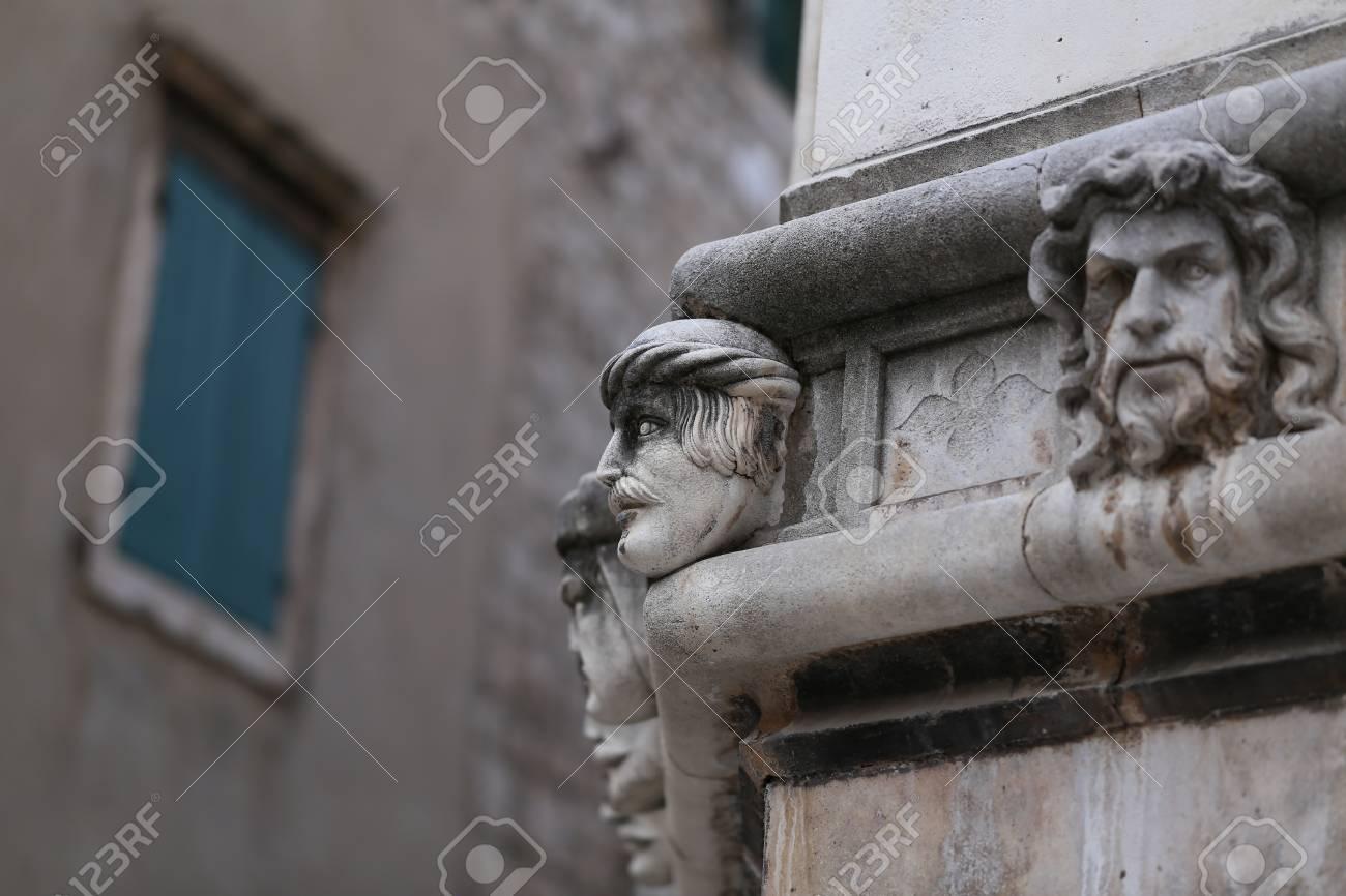Sibenik Kathedrale / Berühmte Gesichter auf der Seite Protal der Kathedrale von Sibenik Standard-Bild - 86863148