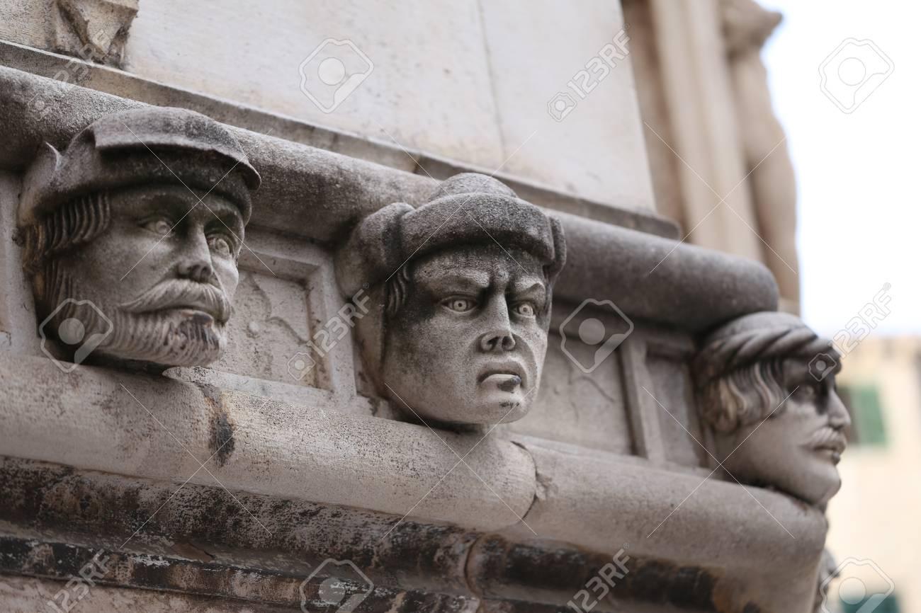 Sibenik Kathedrale / Berühmte Gesichter auf der Seite Protal der Kathedrale von Sibenik Standard-Bild - 86863153
