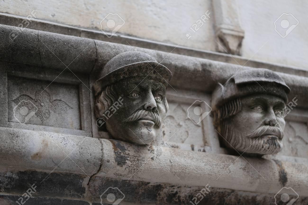Sibenik Kathedrale, Berühmte Gesichter auf der Seite Protal der Kathedrale von Sibenik Standard-Bild - 86757824