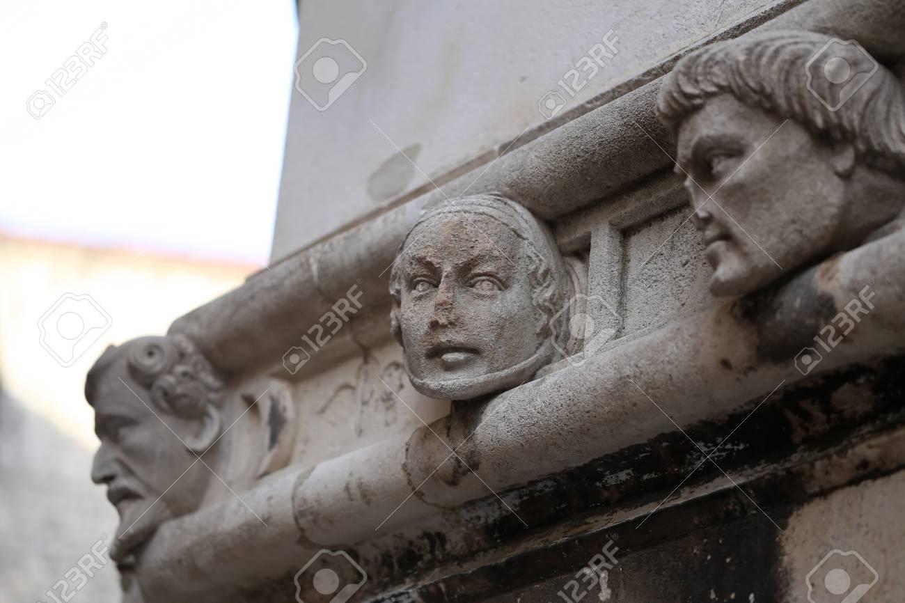 Sibenik Kathedrale / Berühmte Gesichter auf der Seite Protal der Kathedrale von Sibenik Standard-Bild - 86863155