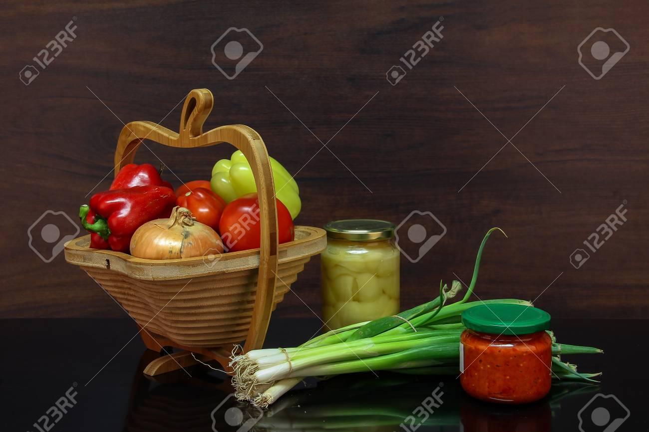 Herbststilleben / Verschiedene Gemüse auf dem Tisch Standard-Bild - 86671737