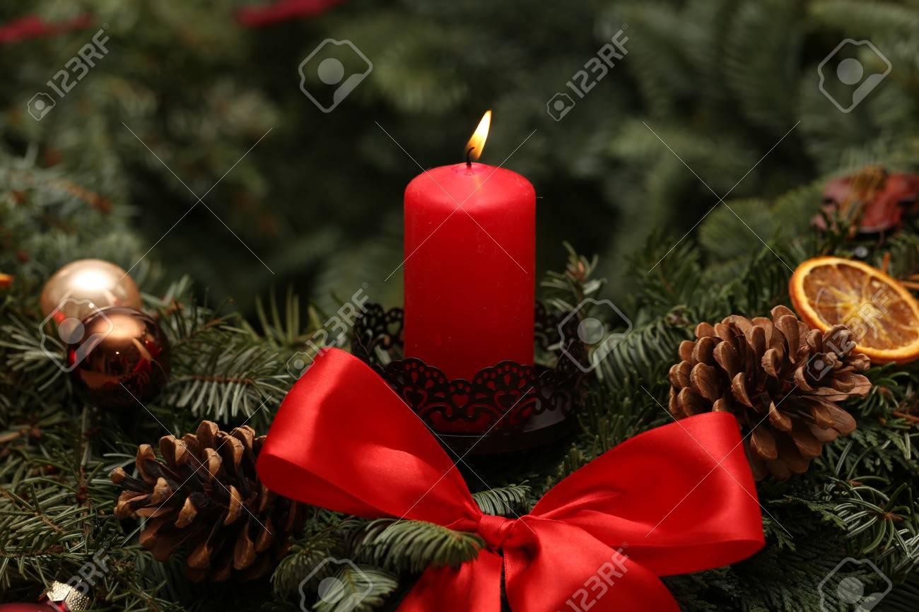 Adventszeit, vier Kerzen brennen. Advent Hintergrund. Standard-Bild - 86514211