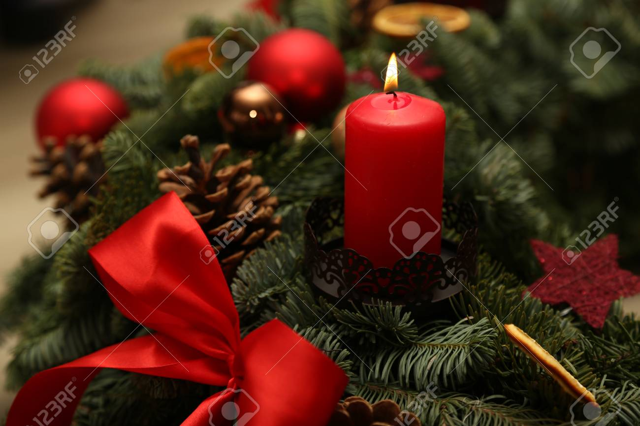 Advent Season, four candles burning. Advent background. Standard-Bild - 86514212
