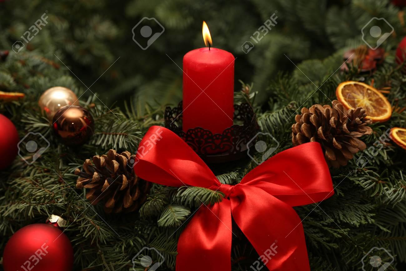 Adventszeit, vier Kerzen brennen. Advent Hintergrund. Standard-Bild - 86514213
