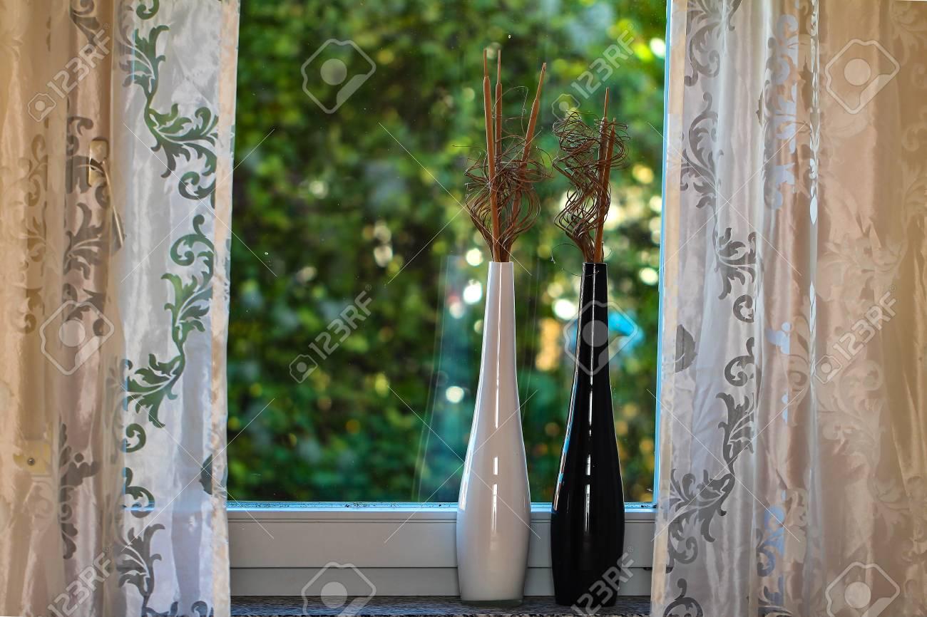 Fenster Dekorative Vasen auf der Fensterbank Standard-Bild - 87871991