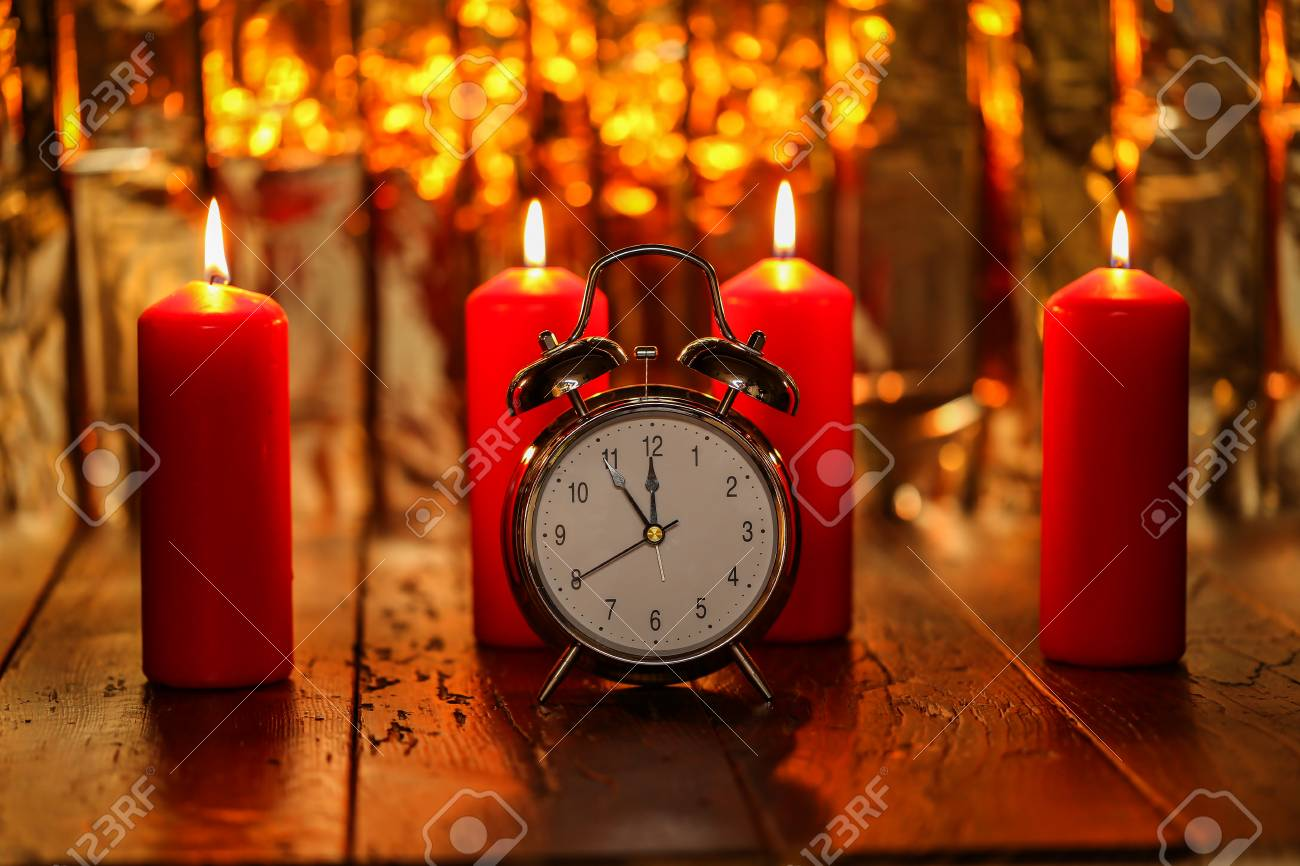 Advent Season, four candles burning. Advent background. Standard-Bild - 87965246