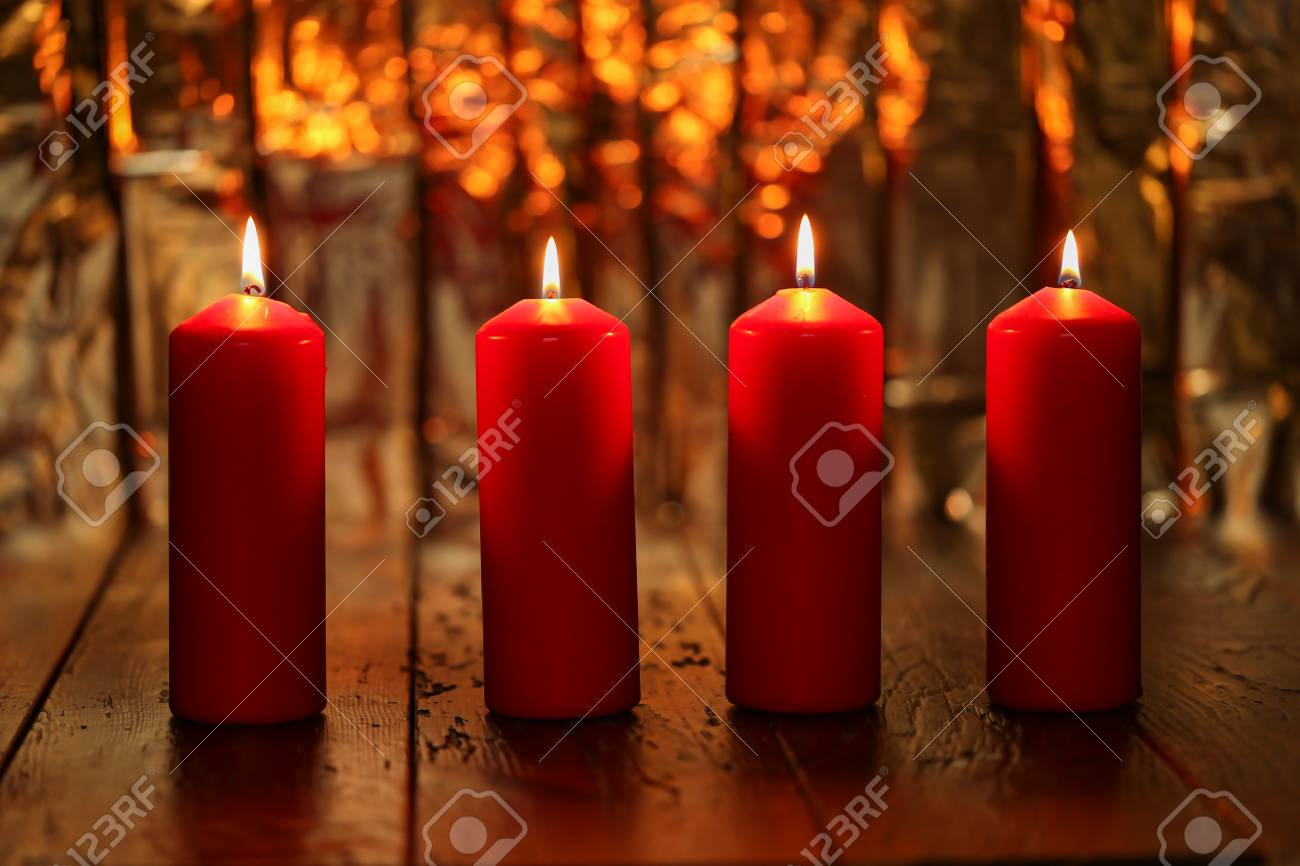 Advent Season, four candles burning. Advent background. Standard-Bild - 87965251