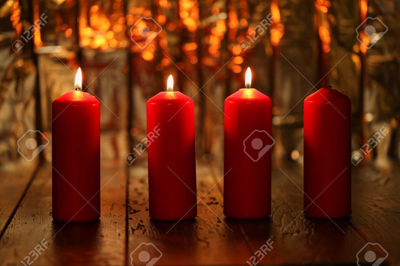Adventszeit, vier Kerzen brennen. Advent Hintergrund. Standard-Bild - 87954881