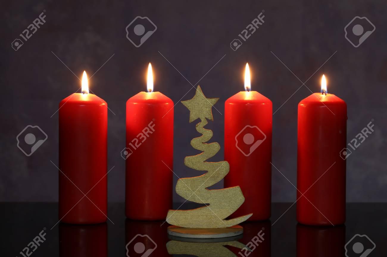 Adventszeit, vier Kerzen brennen. Advent Hintergrund. Standard-Bild - 89475447