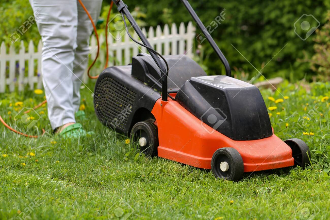 Mowing machine / Mowing the lawn - 129325720