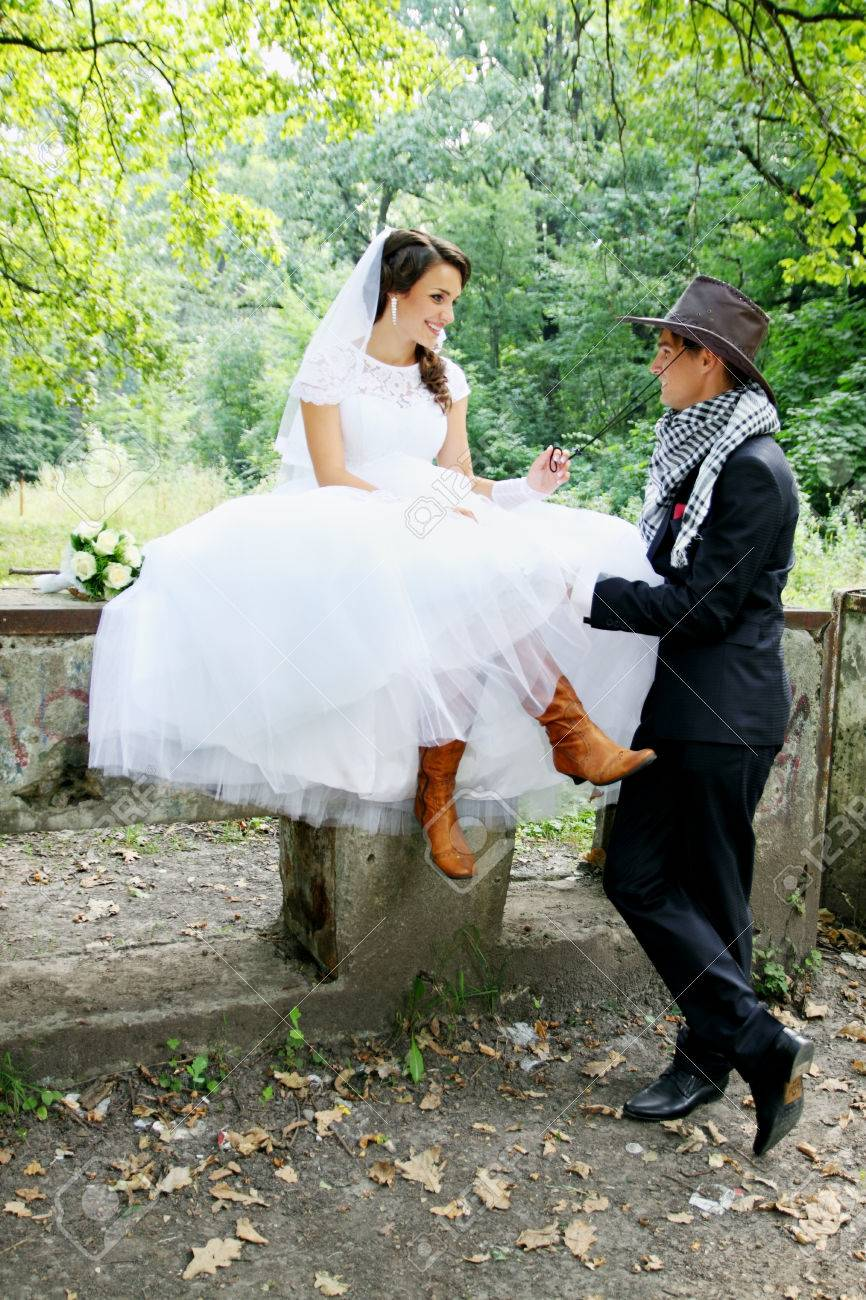 33893887f84 Bride kissing groom in a cowboy hat Stock Photo - 32561046