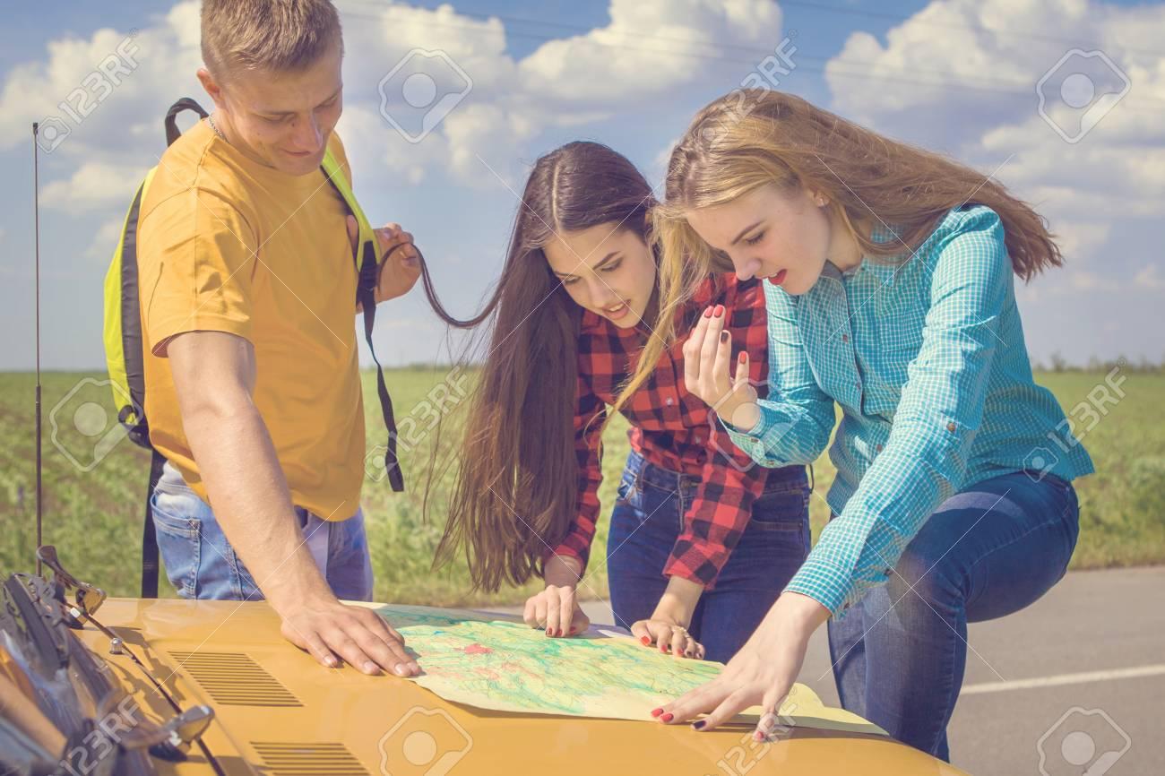 Drei Freunde Wanderer Suchen Richtung Auf Lageplan Auf Altes Auto
