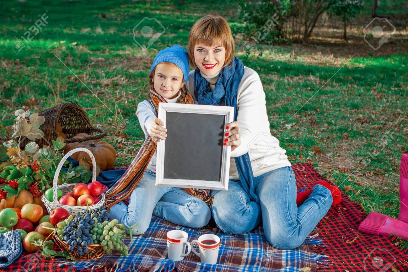 Schöne Glückliche Mutter Und Tochter Auf Einem Picknick Sitzen. Mit ...