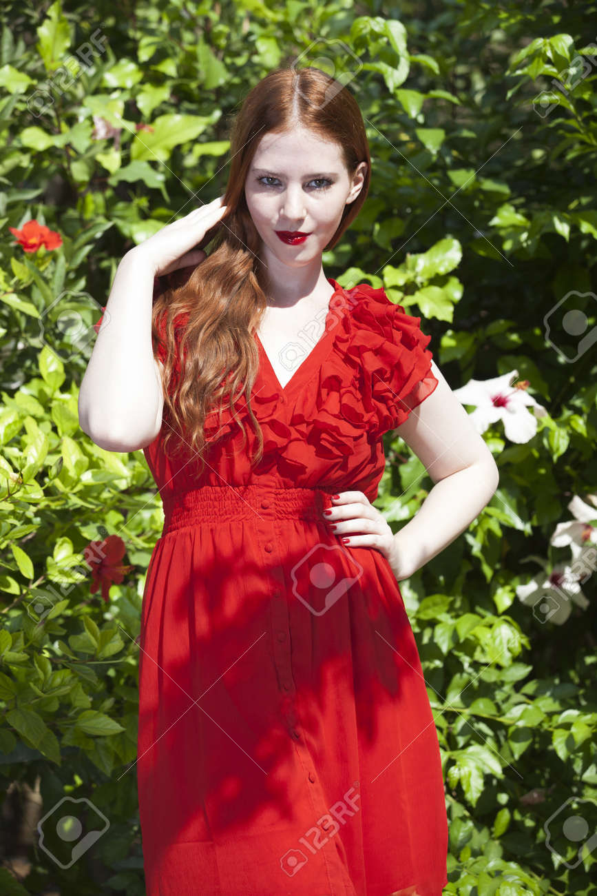 Robe rouge peau blanche