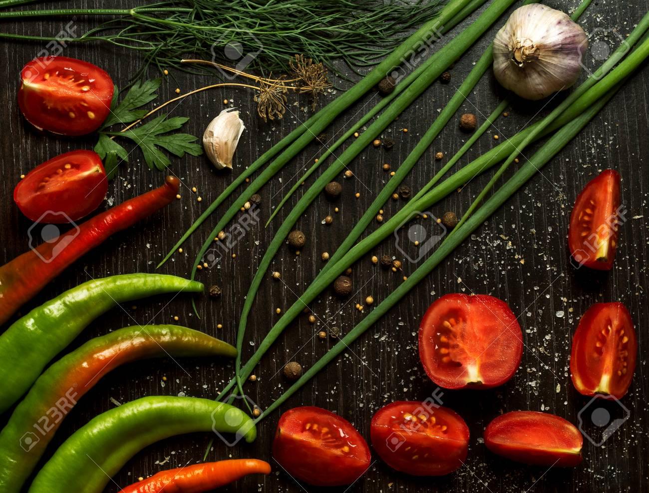 Aufbau Mit Gemüse Und Gewürzen Auf Schwarz Küchentisch Lizenzfreie ...