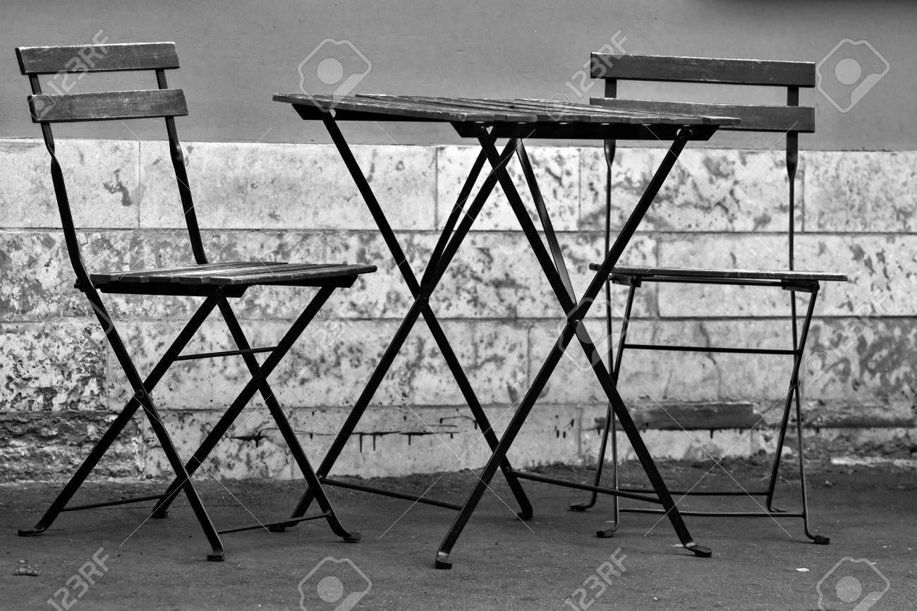 Le Sedie Vuote.Un Tavolo Vuoto E Due Sedie Vuote Per Un Interno Di Caffe Estivo In Strada O Per Un Giardino Estivo