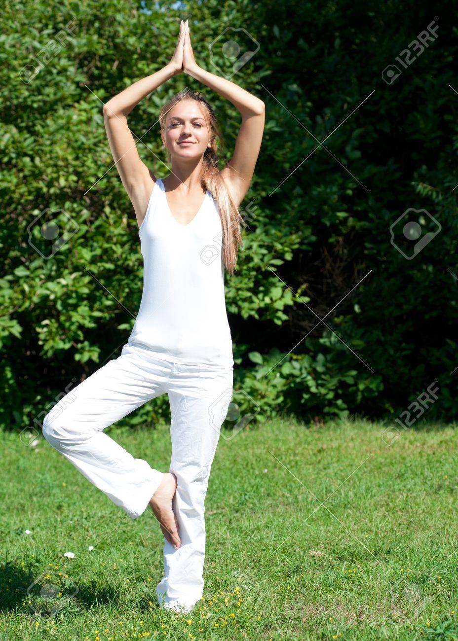 Junge Schöne Frau Auf Einem Bein Stehen Und Macht Yoga Meditation ...