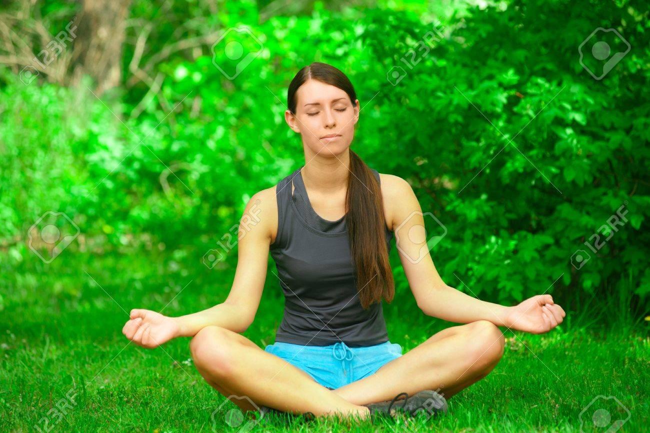 Junge Schöne Frau Macht Yoga Meditation Im Wald Freien Lizenzfreie ...