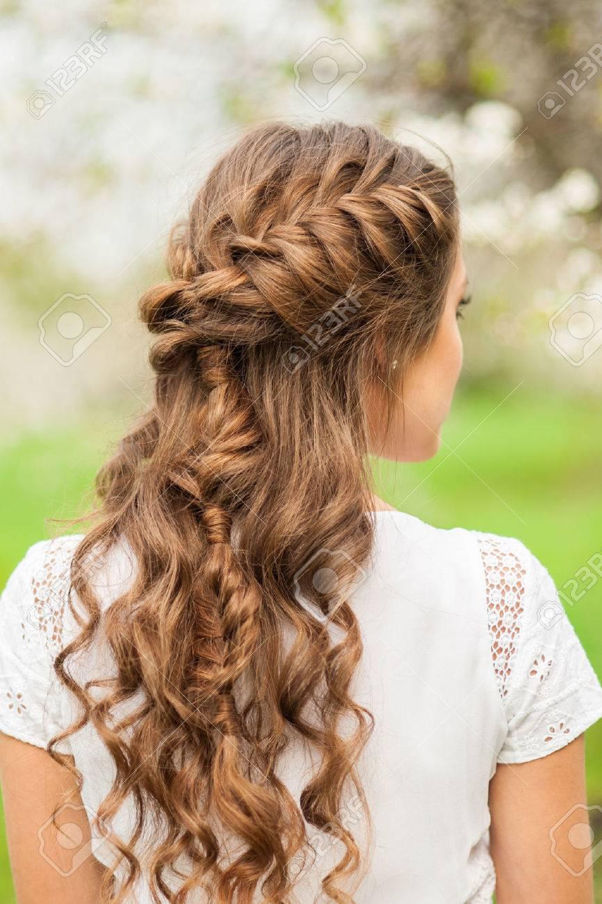 Faszinierend Schöne Frisuren Für Mädchen Referenz Von Mädchen Mit Dem Schönen Zopf-frisur, Rückansicht Standard-bild