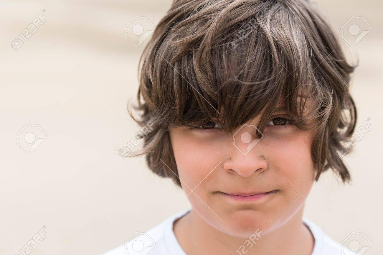 junge mit braunen haaren