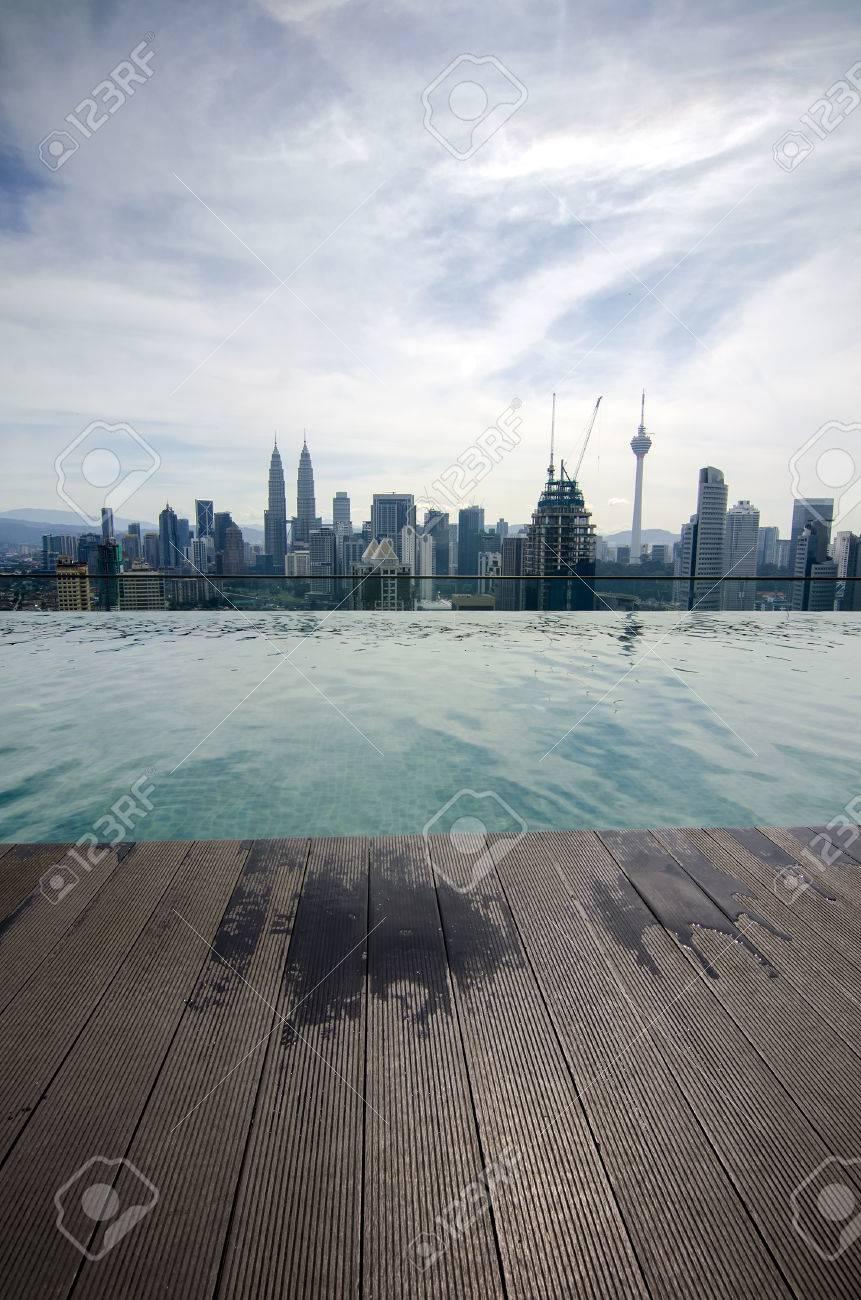 Piscina Sul Tetto.Piscina Sul Tetto Con Splendida Vista Sulla Citta Kuala Lumpur Malesia