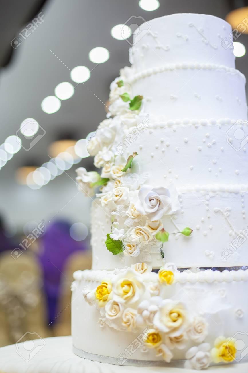 Weisse Hochzeitstorte Mit Blumen Und Heidelbeeren Lizenzfreie Fotos