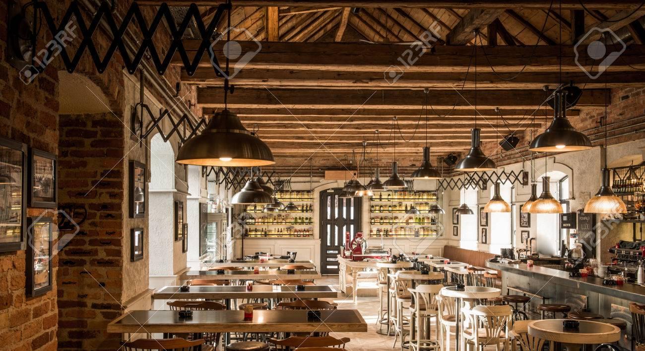 Wodden Plafond Et Lampes à Lintérieur Du Restaurant Café Banque D