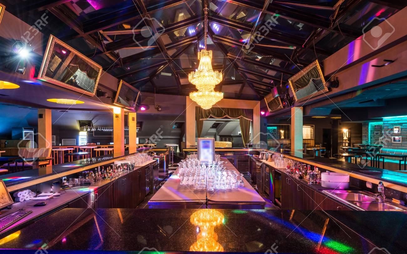 Remarquable Superbe Lustre De Luxe Au-dessus Du Bar Dans L'intérieur De La AW-78