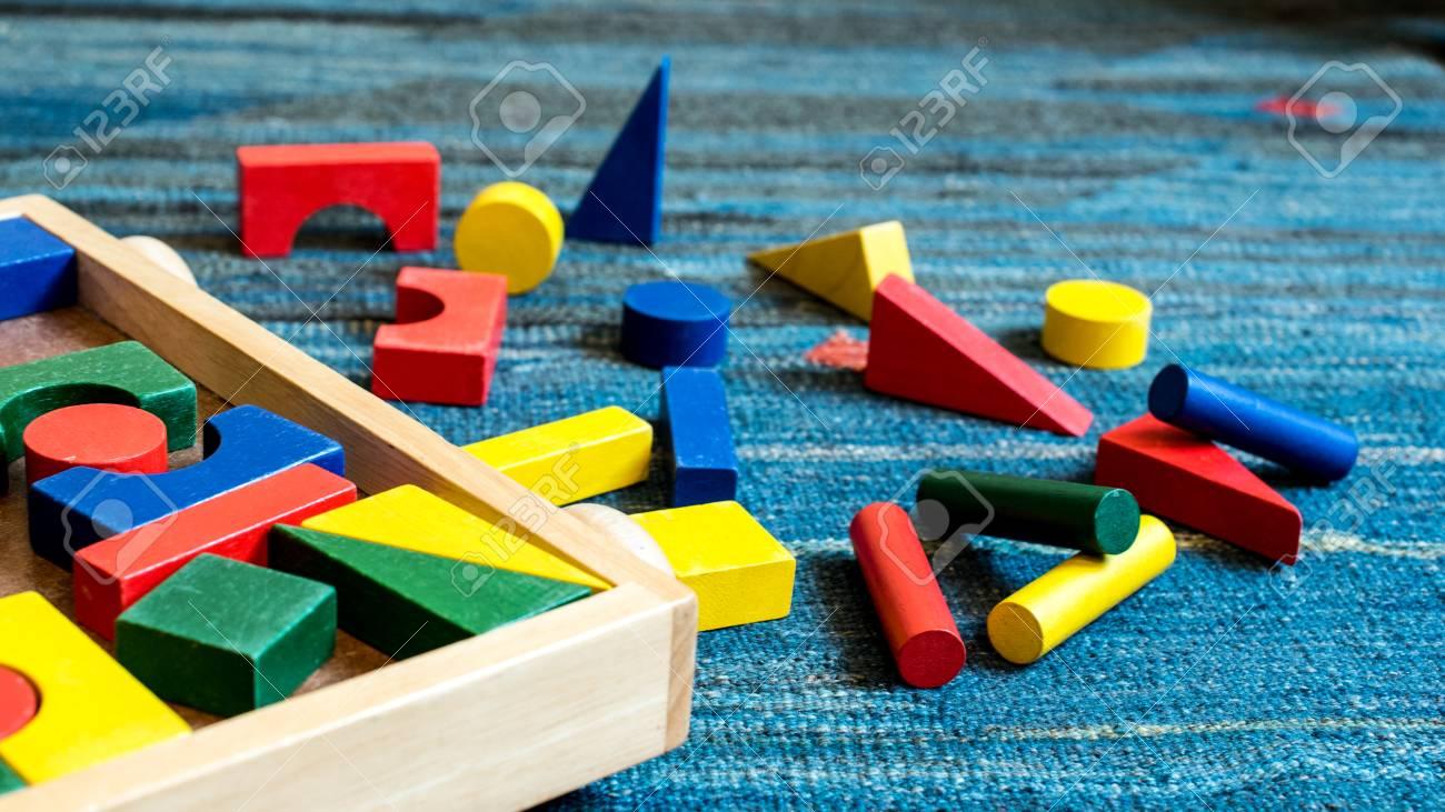Juguetes De Madera Para Fines Didacticos Y Educativos En Un Campo De