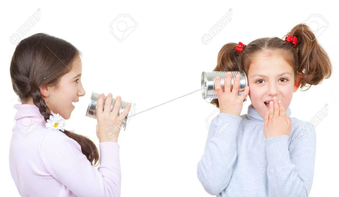 [Jeu] Suite d'images !  - Page 5 17850769-enfants-jouant-avec-bo-te-de-conserve-et-t-l-phone-cha-ne-comme-concept-de-communication-Banque-d%27images