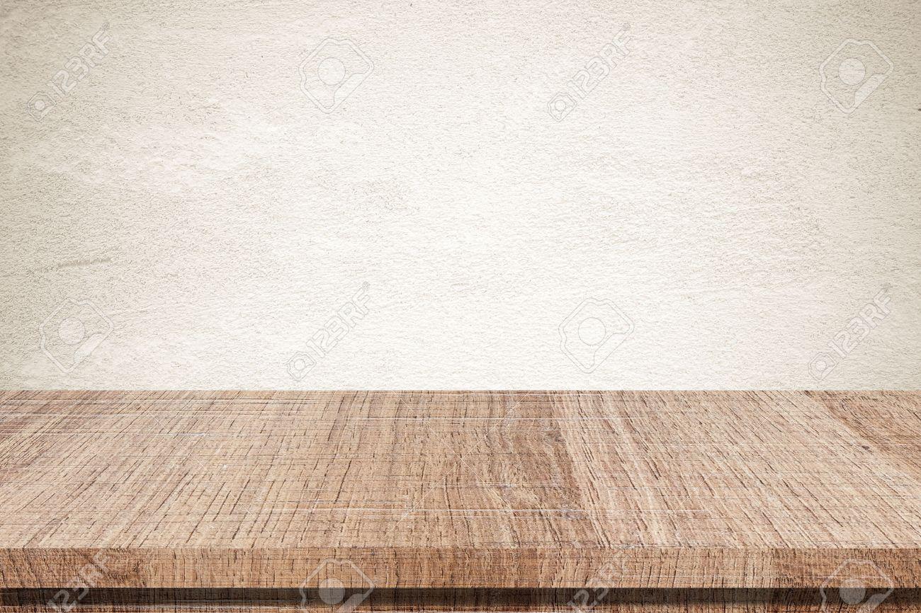 Lege houten tafel over grunge cement muur royalty vrije foto ...