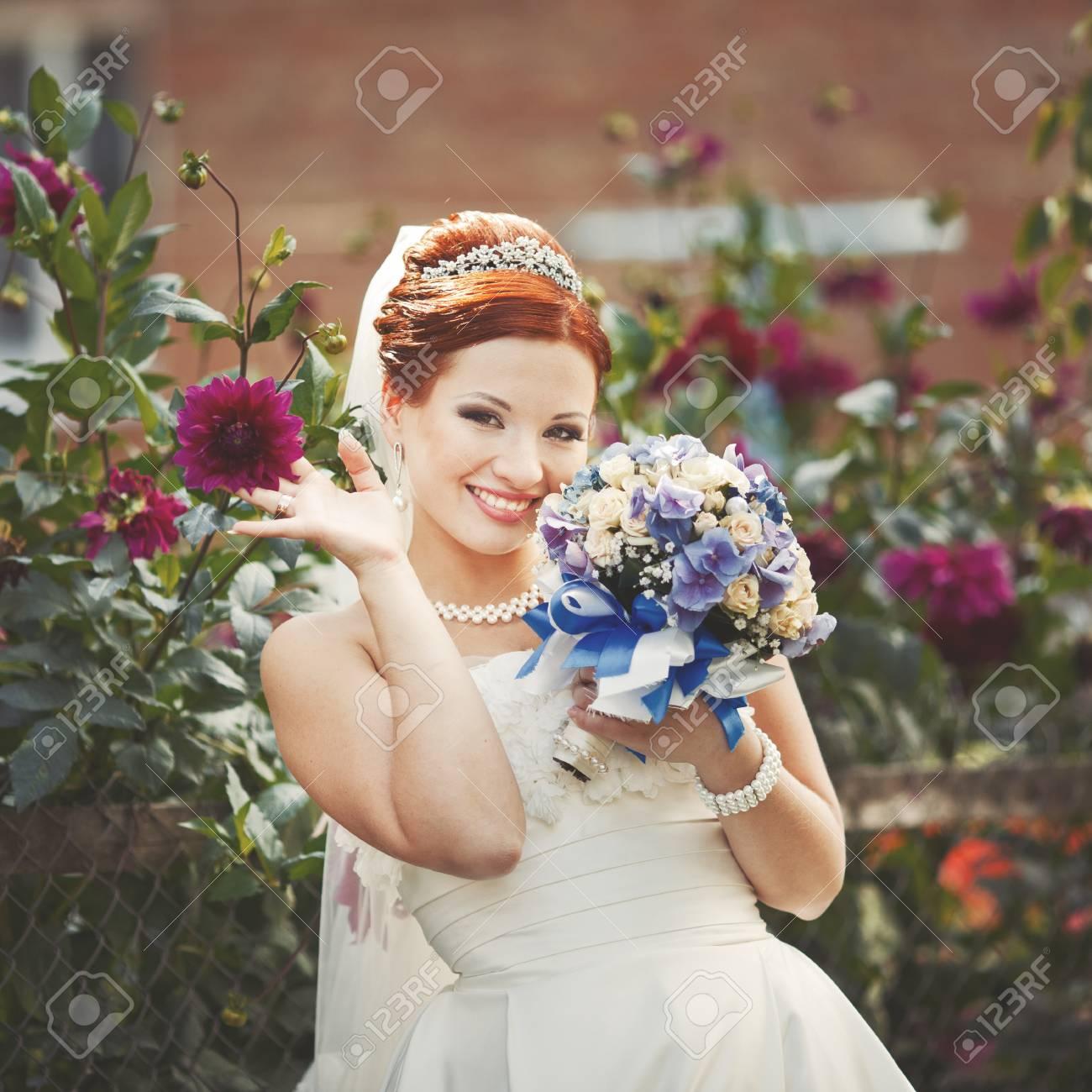 Lovely Rote Haare Braut Posiert Mit Blumen Draussen Europaische