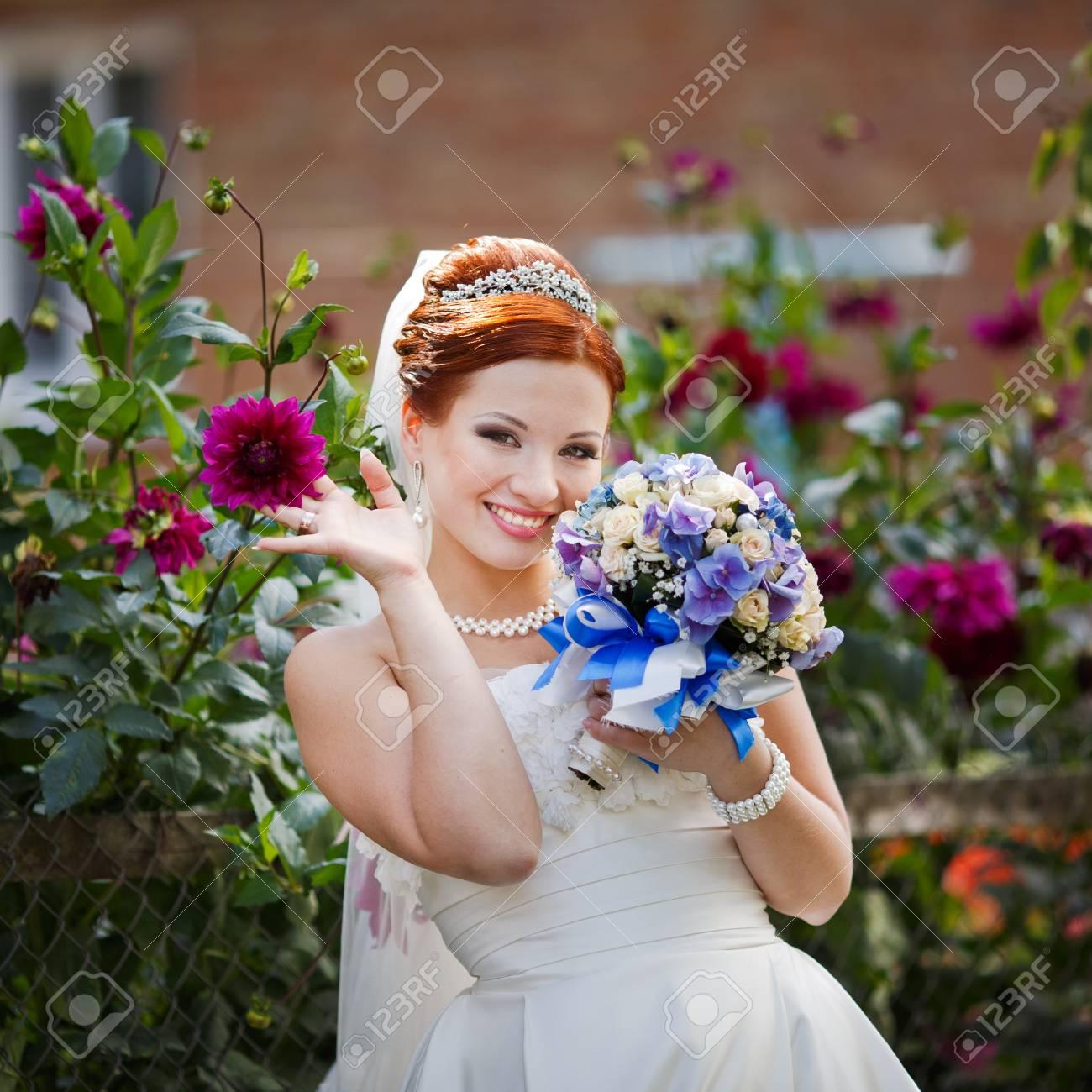 Schone Rote Haare Braut Posiert Mit Blumen Draussen Europaische